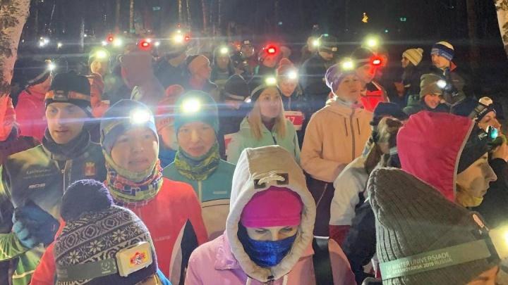 Сотни человек пришли пробежать по ночному лесу с фонариками