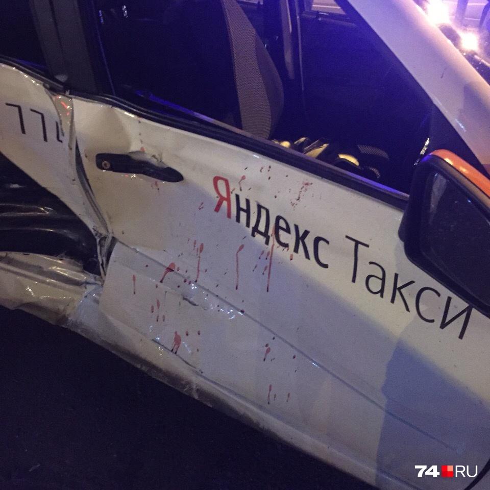 Водитель такси при повороте не уступил дорогу иномарке