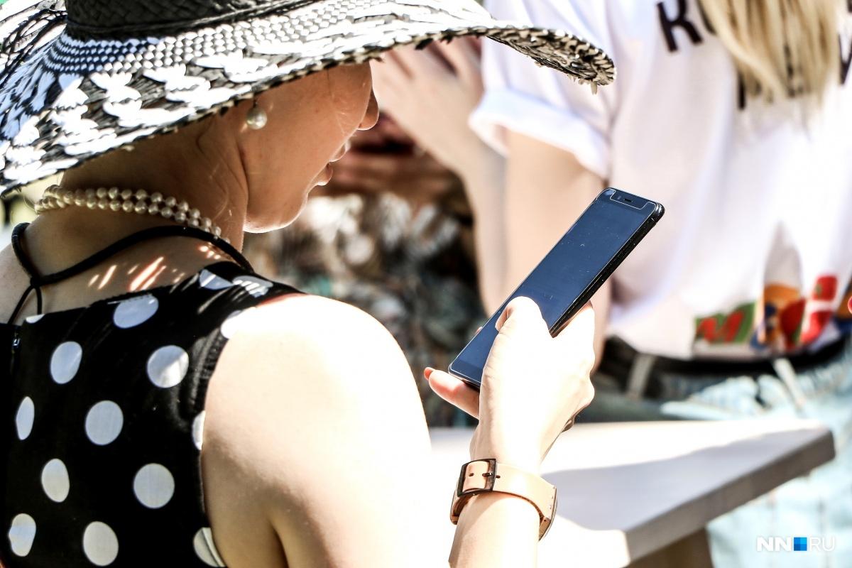Девушки играют в шпионок и проверяют телефоны молодых людей