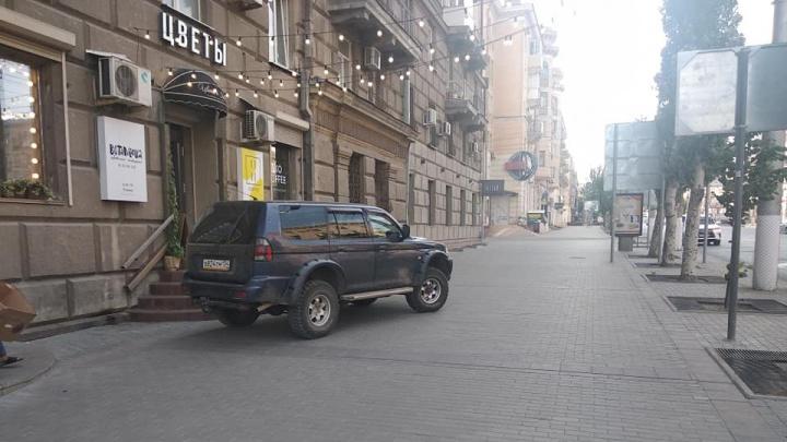 «Приехал за цветами»: в центре Волгограда на тротуаре припарковался автохам на внедорожнике — видео