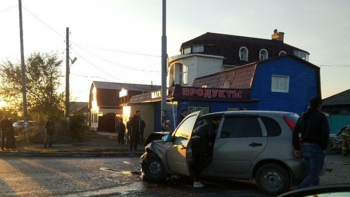 Иномарка вылетела на тротуар после столкновения с «Ладой» на улице Герцена