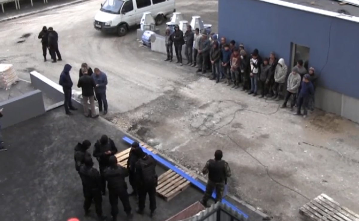 Иностранных граждан собрали во дворе возле стройки