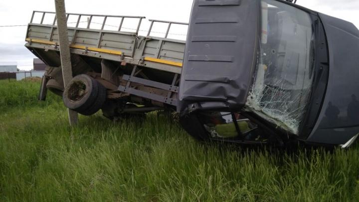 В Башкирии столкнулись легковушка и грузовик