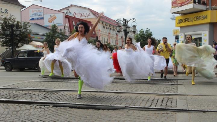 Белое платье и кроссовки: по улицам Самары побегут невесты