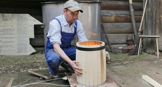 """""""Приехали сюда как в XIX век"""": екатеринбуржец сбежал в деревню, чтобы делать бочки для вина и меда"""