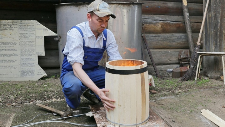 «Приехали сюда как в XIX век»: екатеринбуржец сбежал в деревню, чтобы делать бочки для вина и меда