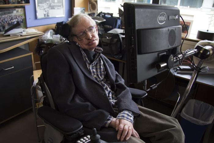 Почти всю жизнь Хокинг провёл в инвалидном кресле