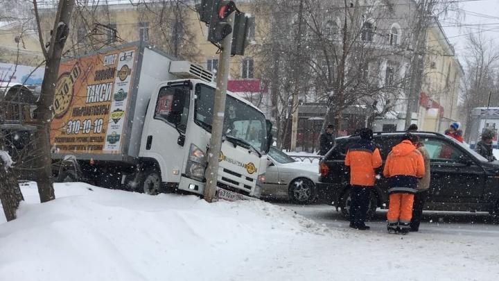 ДТП на Эльмаше, где грузовик влетел в столб, попало на камеру регистратора