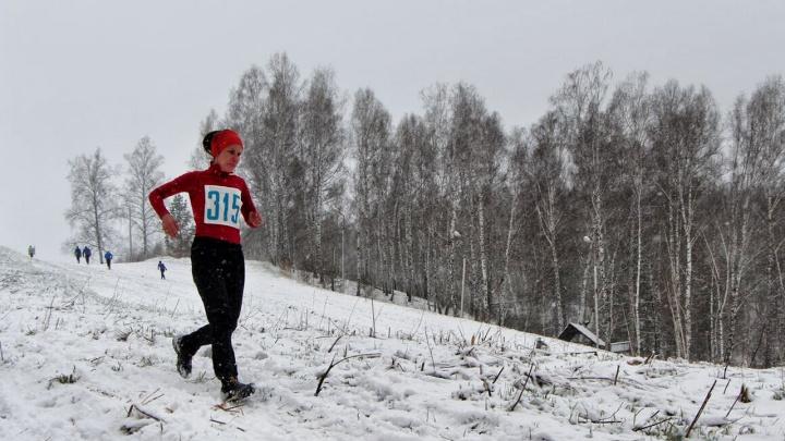 Десятки новосибирцев пробежали наперегонки по майскому снегу