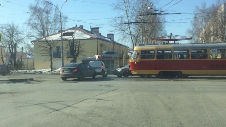 На Эльмаше девушка на легковушке заблокировала движение трамваев и троллейбусов в сторону центра