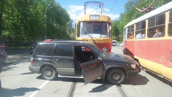 На Ленина Subaru залетела под трамвай: видео жесткой аварии