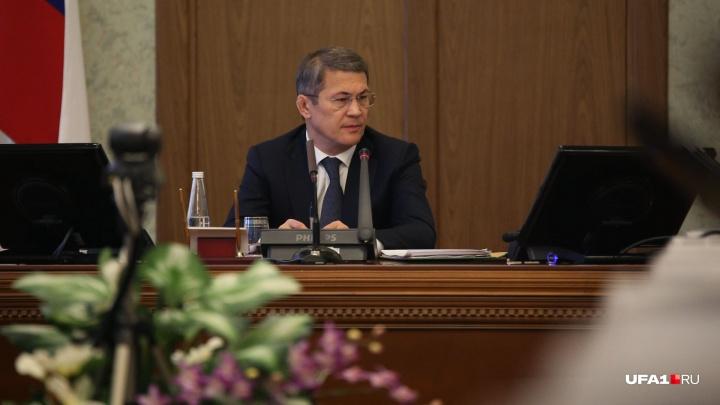 Радий Хабиров отчитал чиновников за то, что они копались в телефоне и улыбались во время оперативки