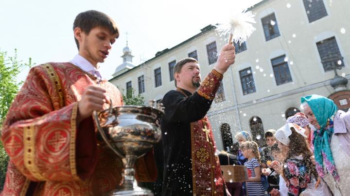 Волгоградцы выстроились в 40-метровую очередь: фоторепортаж из Свято-Духова монастыря