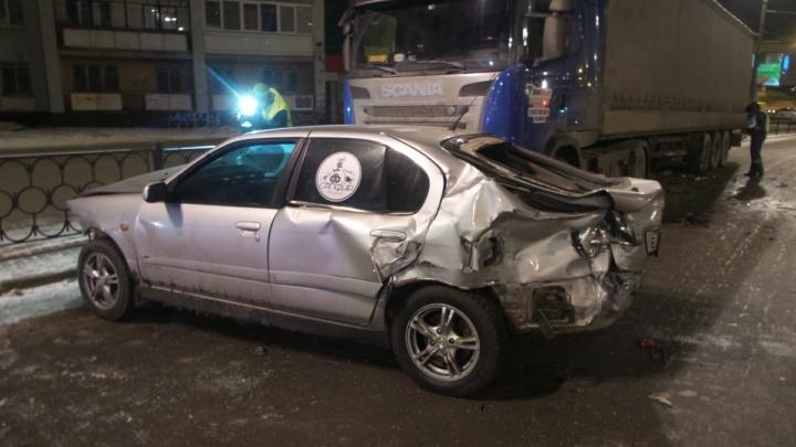 На Свердлова Nissan занесло на перекрёстке и отбросило в сторону — он врезался в грузовик