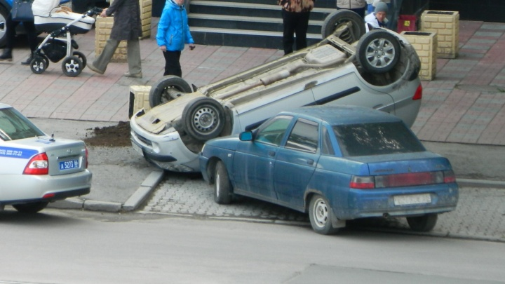 На Викулова иномарка с женщиной за рулем перевернулась на крышу