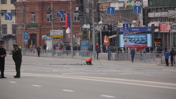 Военная техника оборвала провода на площади Ленина