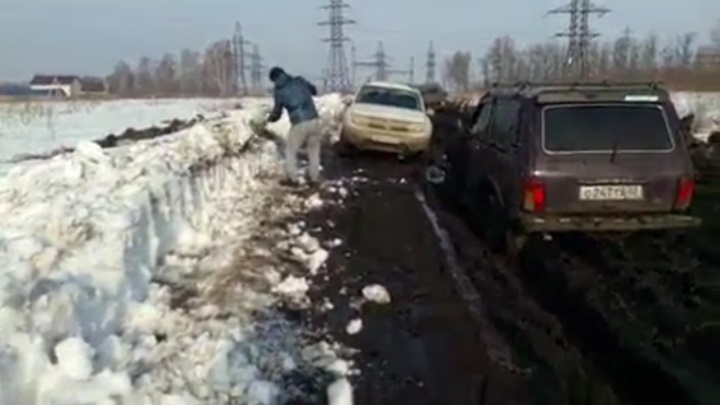 «Нива» не пройдет: на видео попало, как в Уфе в грязи застряли три внедорожника
