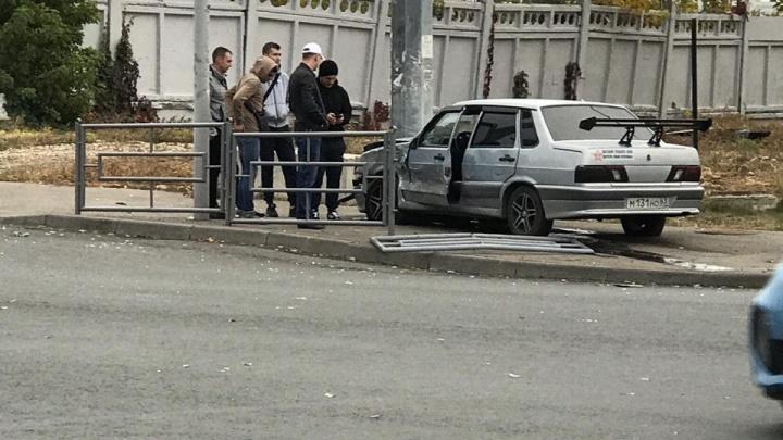 Тюнинг не помог: на Луначарского водитель «пятнадцатой» врезался в столб