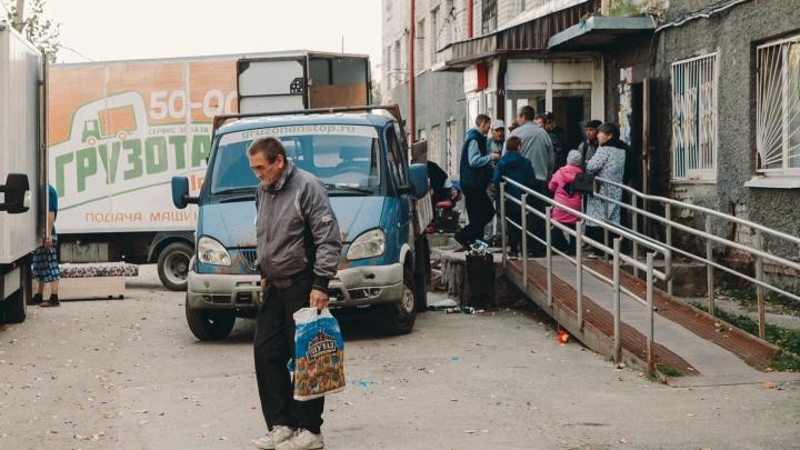«Узнала о расселении и заплакала»: репортаж из дома на Ставропольской, который ночью покинули жители