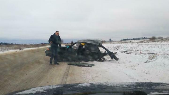 На трассе под Пермью ВАЗ разорвало пополам: водитель и пассажиры выжили