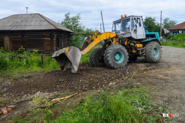 Рабочие расчищают площадку для строительной техники