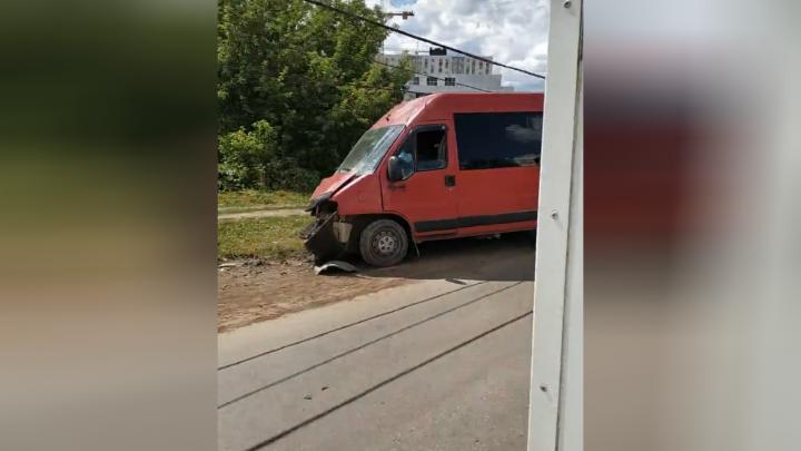 В Уфе автобус въехал в столб: четверо пострадавших