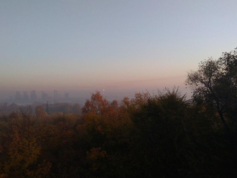Очертания города практически скрылись за утренней дымкой