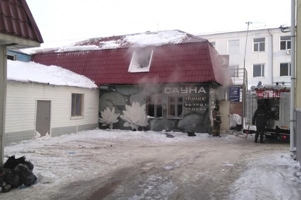 Дым шёл из окон здания п-образной формы