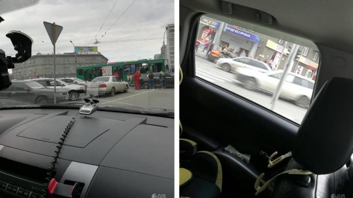 У остановки на площади Калинина столкнулись шесть машин