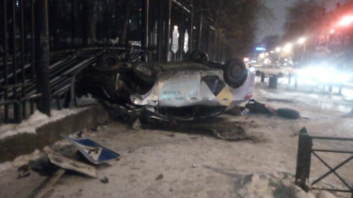 В Перми такси врезалось в ограждение парка Горького: водитель получил травму