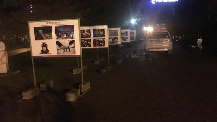 Ночью в Первомайском сквере открылась фотовыставка про детей с ДЦП, катающихся на горных лыжах