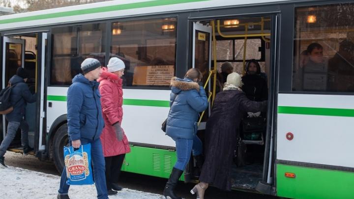 Тюменка пожаловалась на водителя автобуса, оставившего ее с младенцем на остановке в мороз