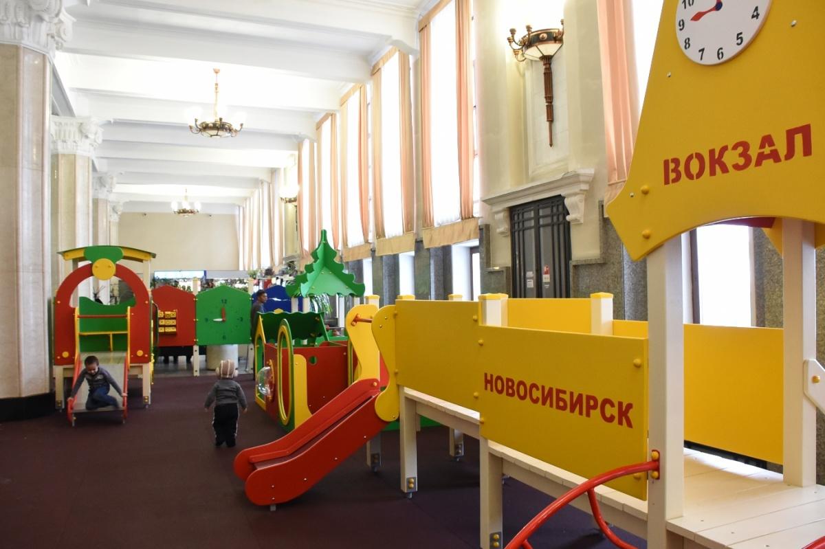 Теперь в ожидании поезда дети могут развлечься в игровой зоне