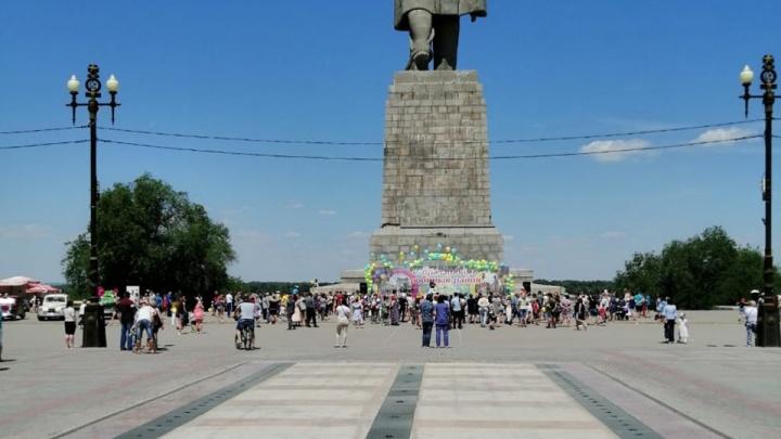 В парке на юге Волгограда в 30-градусную жару забыли включить сухой фонтан
