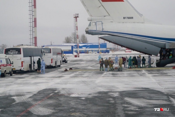 Россияне на военных самолётах прилетели в Тюмень на карантин