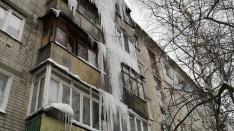 Сломанные козырьки подъездов и разбитые автомобили. Нижний Новгород атаковали сосульки