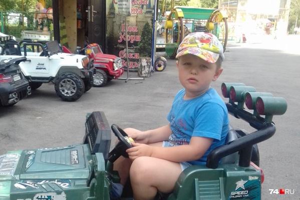 Маленькому Егору сегодня сделали операцию, он чувствует себя хорошо