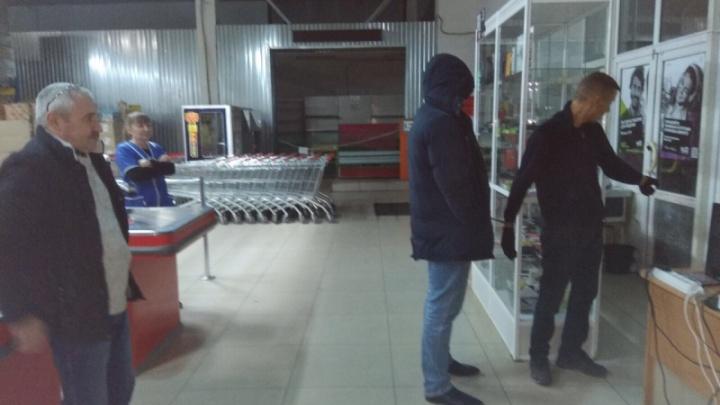 В Тюмени под брезентом на холодильнике нашли спрятавшегося от полиции грабителя магазинов