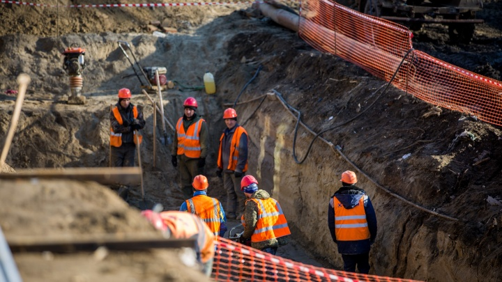 В Бердске прорвало канализацию: нечистоты затопили улицу