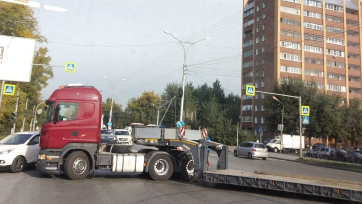 Тягач заблокировал движение по Бердскому шоссе в сторону Академгородка