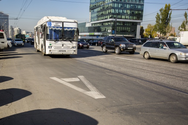 Дорожники стёрли разметку для выделенных полос, чтобы нарисовать её снова
