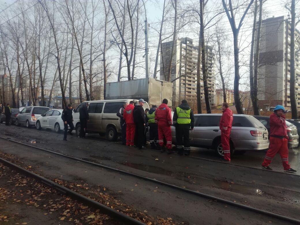 После двух аварий на Петухова остались стоять в ряд 5 автомобилей