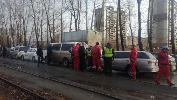 Пять машин собрались в «паровозик» на Петухова
