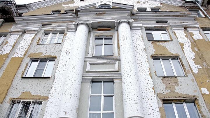«Не видно разницы»: регоператор объяснил, зачем исторический дом в центре Челябинска обшили металлом