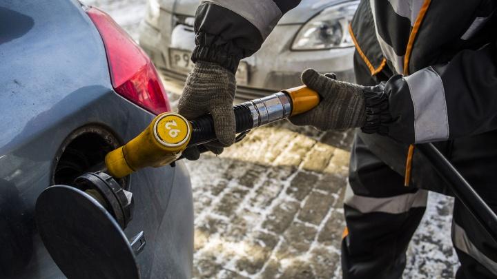 Аналитики подсчитали, сколько литров бензина может купить новосибирец на зарплату