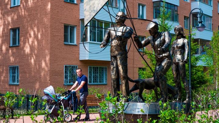 Возле стройки на Бориса Богаткова появился памятник друзьям с собакой