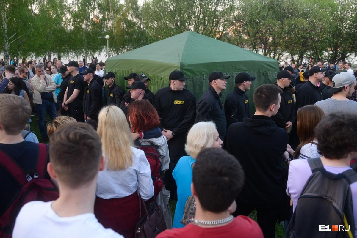 В первый день протестов охранники защищали палатку с закладным камнем