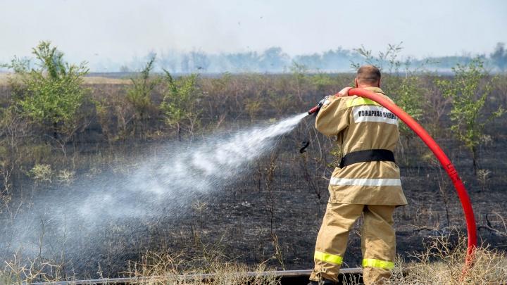 В Волжском степной пожар окружил колонию строгого режима