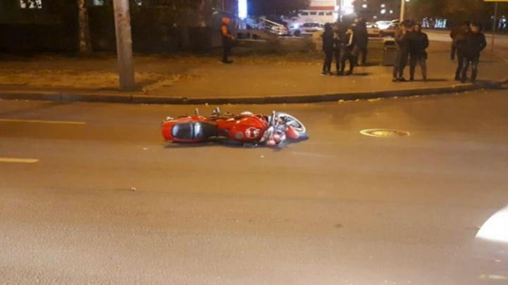 Неудачно полихачили: в Уфе парень и девушка разбились на мотоцикле