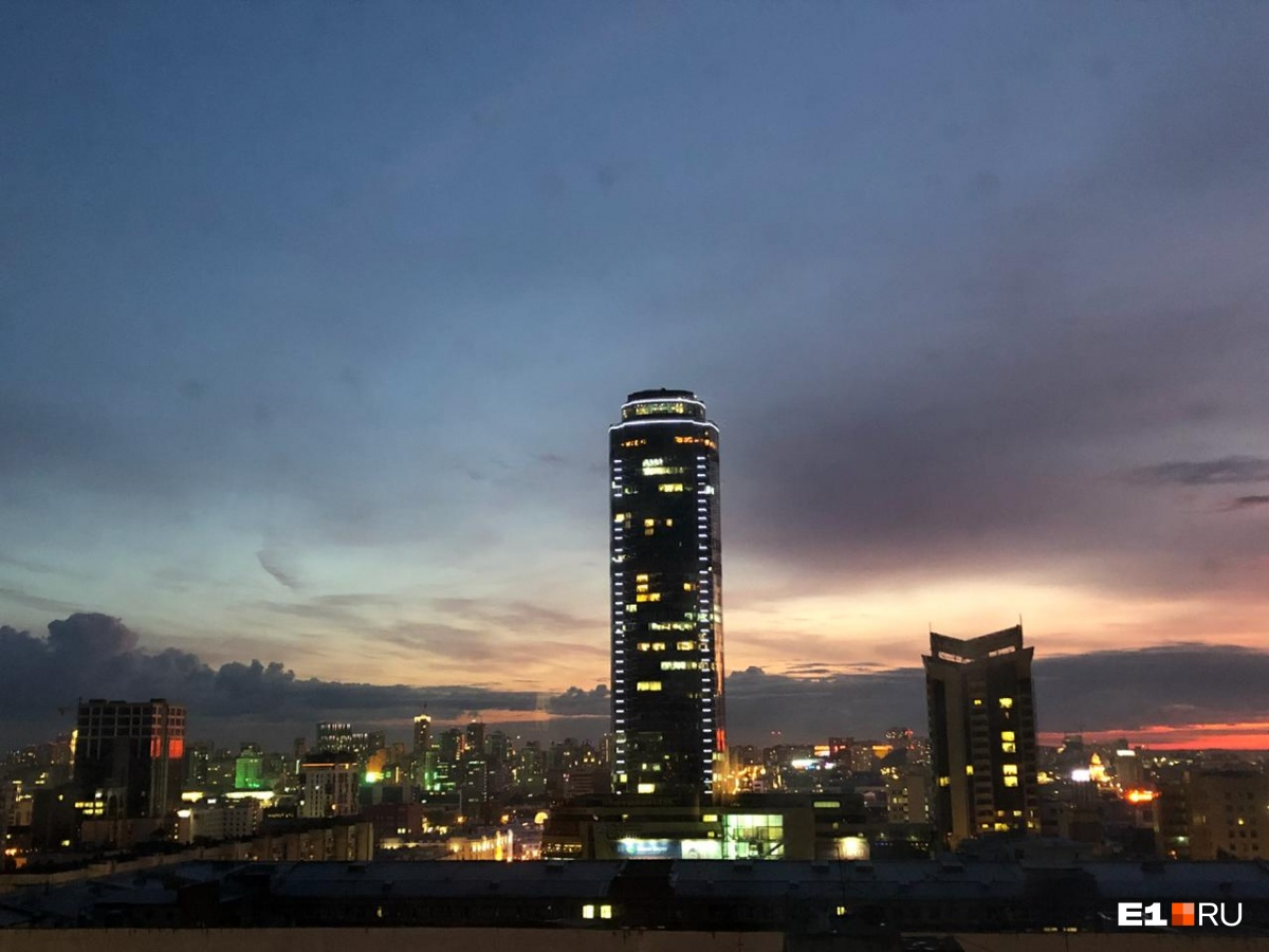 «Высоцкий» на фоне заката